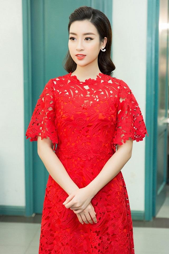 Chọn sắc đỏ phù hợp với không khí ngày Tết, Mỹ Linh đã thay 2 bộ trang phục ngay trong chương trình.