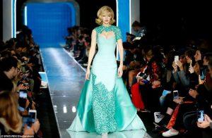 Gigi Hadid siêu gợi cảm hóa thân thành Đệ nhất Phu nhân Jackie Kennedy