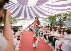 Diễm My giao lưu cùng hàng trăm học sinh về vẻ đẹp áo dài
