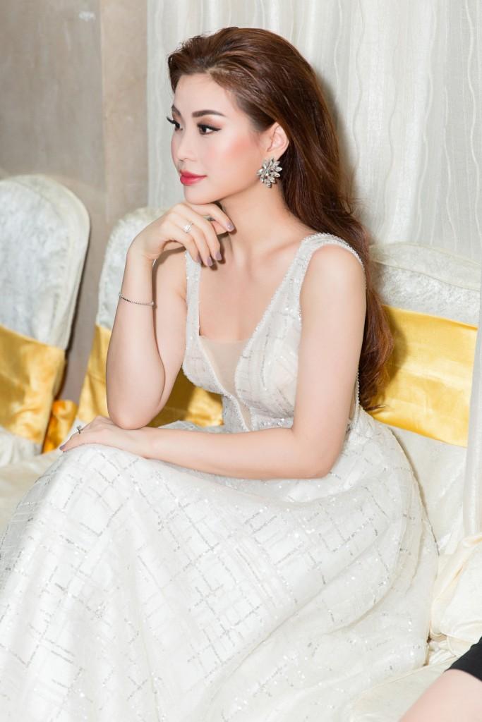 Á hậu Diễm Trang tiếp tục tỏa sáng trong vai trò MC. Nàng hậu chọn cho mình  chiếc đầm màu trắng bồng bềnh, cổ khoét sâu của NTK Brian Võ để khoe ...