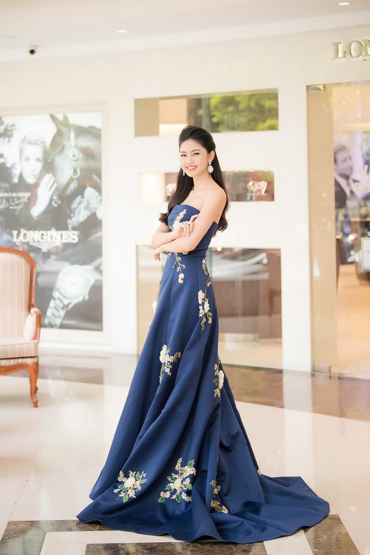 Cũng chọn màu xanh còn có Á hậu Thanh Tú, cô diện một chiếc đầm quây quyến rũ được in họa tiết trang nhã.