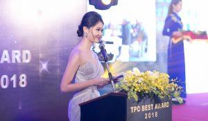 Á hậu Thùy Dung khoe vai trần gợi cảm, xuất hiện rạng rỡ với vai trò MC