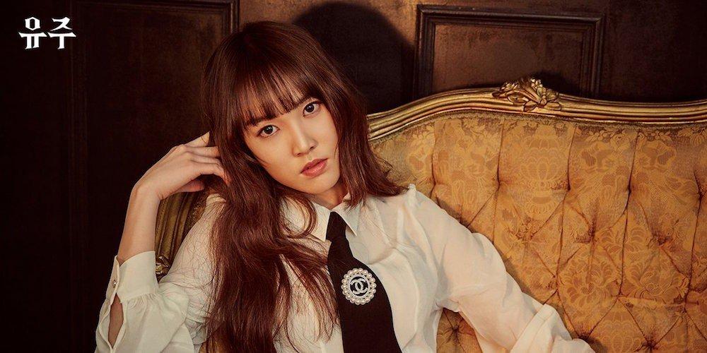 Yuju sinh năm 1997, là giọng ca chính của G-Friend và Love Rain là ca khúc đầu tiên cô solo