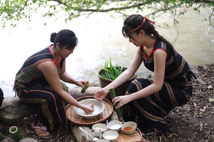 Hoa khôi Phương Thảo trải nghiệm nấu cơm Lam cùng người bản địa