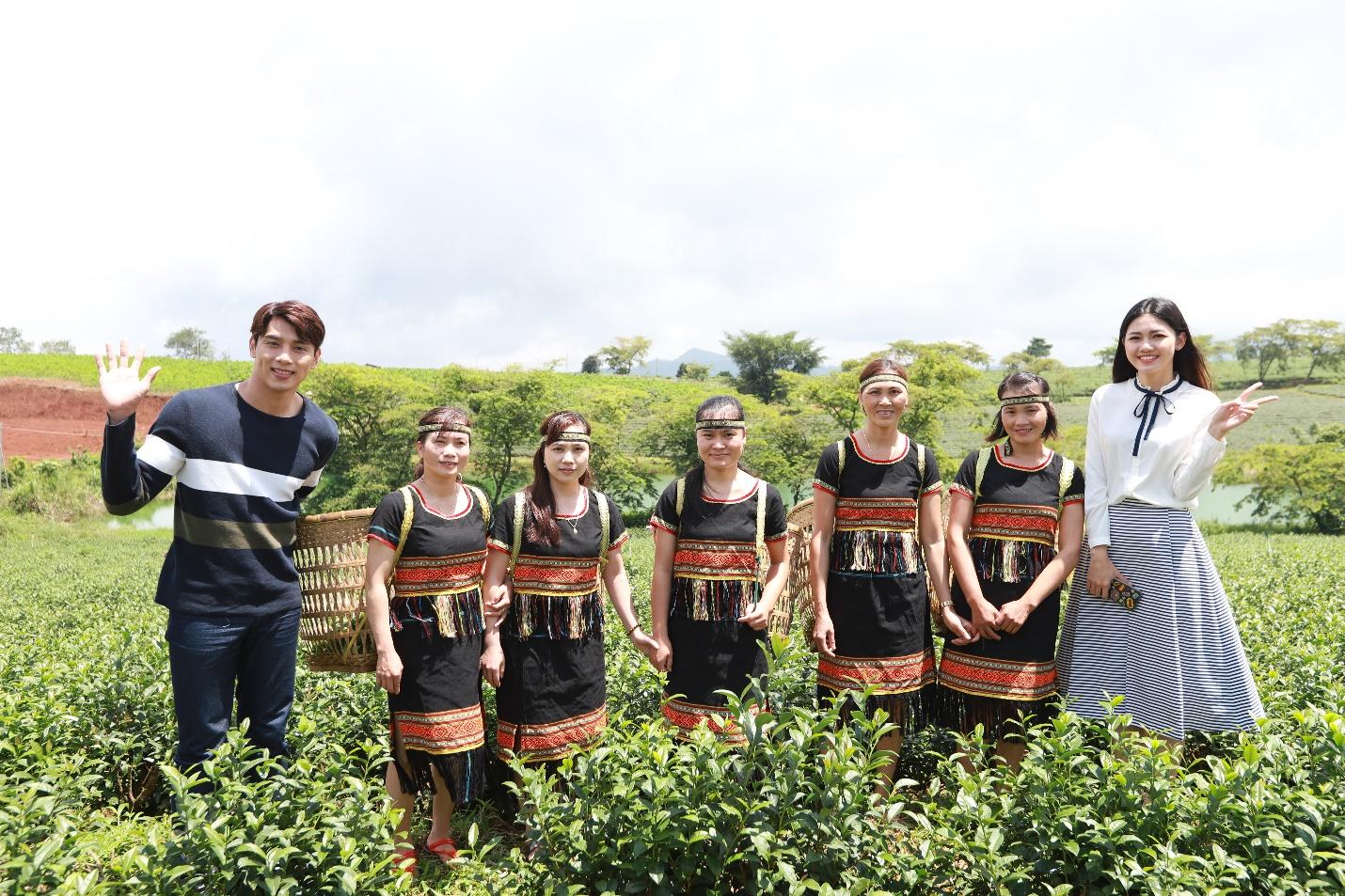 """Thuận Nguyễn và Thanh Tú hào hứng """"check-in"""" cùng những thôn nữ trên nương trà"""