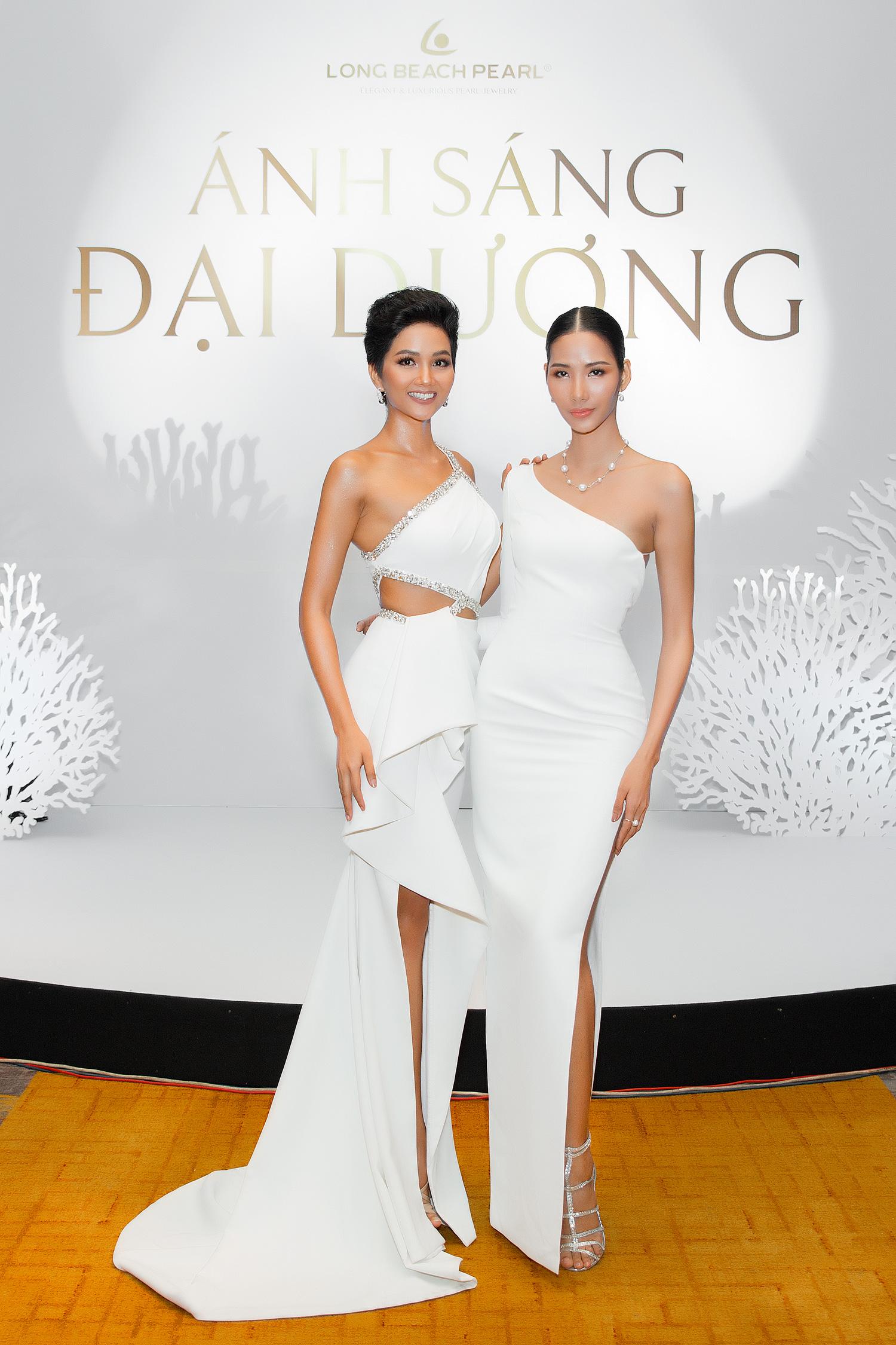 Diện cùng tông trắng, Hoa hậu H'Hen Niê và Á hậu Hoàng Thuỳ đẹp 'bất phân thắng bại'