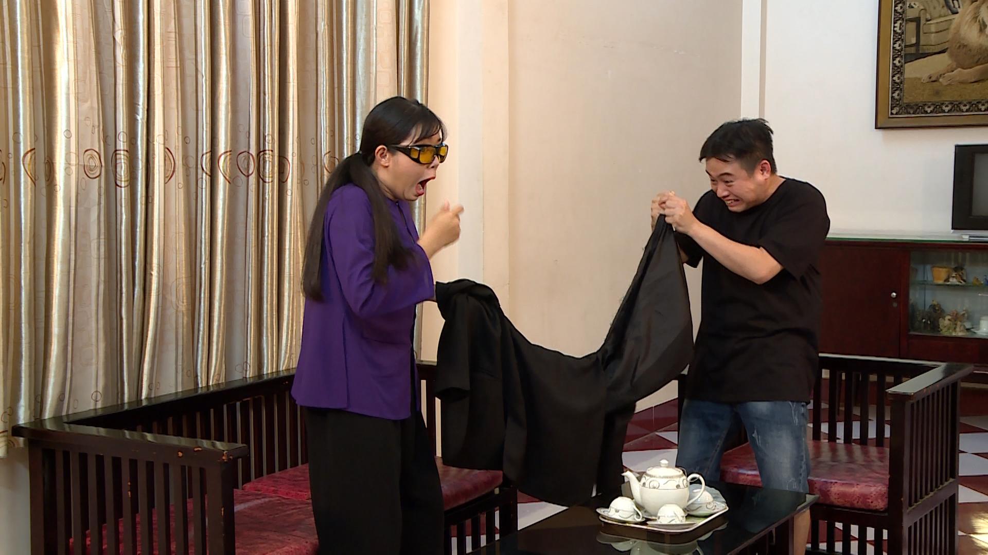 Hình ảnh Hữu Tín và Gia Linh mếu máo khi chiếc áo bị rách