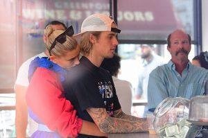 Justin Bieber – Hailey Baldwin ôm hôn, tình tứ không rời ở New York