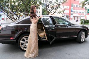 Á hậu Diễm Trang đi dẫn sự kiện bằng xế hộp sang chảnh