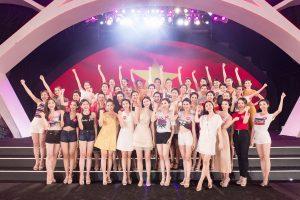 Ngay trên sân khấu tổng duyệt, thí sinh HHVN cùng Á hậu Diễm Trang,  Thanh Tú hào hứng cổ vũ đội tuyển VN