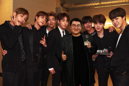 Nhóm BTS cùng ông chủ của Big Hit - Bang Shi-hyuk