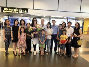 Á hậu 1 Bùi Phương Nga rạng rỡ trong vòng tay bố mẹ ngày trở về Hà Nội