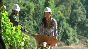 Xúc động trước hình ảnh để mặt mộc, đẩy xe đất, đào giếng cùng bà con trên bản của hoa hậu Trần Tiểu Vy