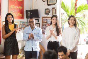 Lệ Hằng, Thùy Dung cùng Á hậu Hoàn vũ 2016 thăm trẻ em bất hạnh