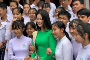 Hoa hậu Phương Khánh áo dài xanh đẹp nổi bật ở quê nhà Bến Tre