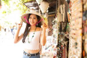 Hoa hậu Tiểu Vy năng động giới thiệu Hội An với bạn bè quốc tế