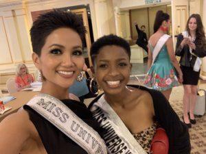 """Với mái tóc tém cá tính, H'Hen Niê là """"hàng hiếm"""" tại Miss Universe, nhưng đó là trước khi """"chị em sinh đôi"""" của cô xuất hiện!"""