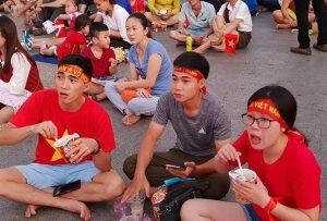 Cổ động viên Sài Gòn ăn mỳ gói cổ vũ đội tuyển Việt Nam