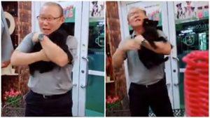 HLV Park Hang Seo gây sốt với clip ôm chó cưng nựng đầy tình cảm