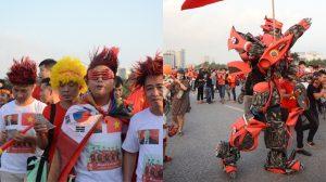 Người dân rầm rộ chuẩn bị cổ vũ cho đội tuyển Việt Nam trước giờ bóng lăn