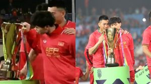 Ai cũng bận ăn mừng tuyệt nhiên chỉ có mình Công Phượng là lo kiểm tra cúp vàng AFF Cup là hàng thật hay giả