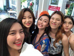 Tình chị em gắn kết như ở Miss International, cuộc thi kết thúc đã lâu nhưng Thùy Tiên và các thí sinh vẫn hẹn hò đi du lịch cùng nhau