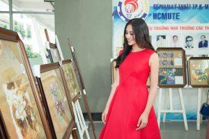 Hoa hậu Tiểu Vy mua đồ handmade công nghệ gây quỹ, thắp sáng Tết cho những mảnh đời khó khăn