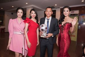 """Hoa hậu Tiểu Vy công bố Quang Hải """"đăng quang"""" trong lễ trao giải Quả bóng vàng"""