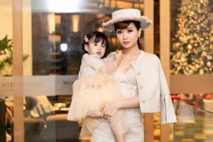 Á hậu Diễm Trang biến hóa với phong cách quý tộc cổ điển cùng con gái đi dự sự kiện