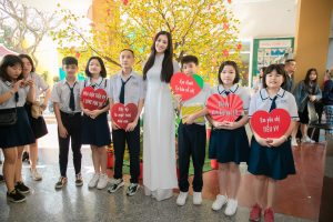 Về thăm trường cấp 3, Hoa hậu Tiểu Vy được các fan hâm mộ vây kín