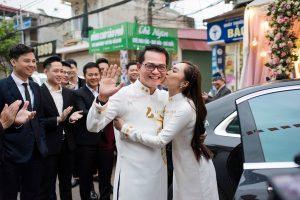 NSND Trung Hiếu được bà xã kém 19 tuổi hôn âu yếm trong đám cưới