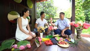 """Hiếu Nguyễn và Phương Thảo về Đồng Tháp chiếm ngưỡng """"sen bất tử"""""""