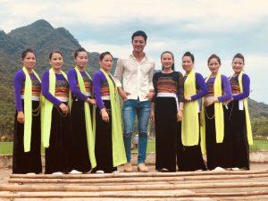 Việt Nam Mến yêu: Hiếu Nguyễn hòa chung điệu xòe sạp cùng các cô gái bản địa