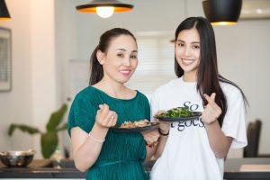 Lần đầu hé lộ hình ảnh đời thường của hoa hậu Tiểu Vy bên mẹ nấu ăn nhân ngày 8/3