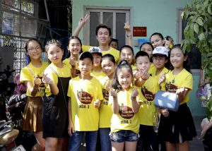 """Hồ Việt Trung lần đầu trả lời sau ồn ào bị gọi """"ca sĩ hội chợ"""", vui vẻ cùng học trò đi thiện nguyện"""