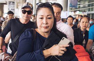NSND Hồng Vân ôm chặt di ảnh Anh Vũ ra đón nam nghệ sĩ ở sân bay