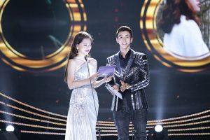 Á hậu Phương Nga sánh đôi cùng diễn viên Bình An xuất hiện trên sân khấu trao giải Âm nhạc cống hiến