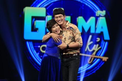Mẹ con diễn viên Kim Phương rớt nước mắt kể chuyện nén nỗi đau chồng con mất, tiếp tục diễn hài kịch