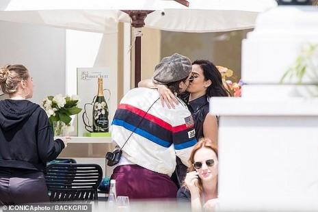 Cậu cả nhà Beckham đắm đuối ôm hôn bạn gái hơn tuổi ở Cannes