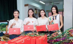 """Dàn """"bông hậu"""" Miss World Việt Nam cùng đương kim Hoa hậu Quốc tế trao quà  cho trẻ em mồ côi"""