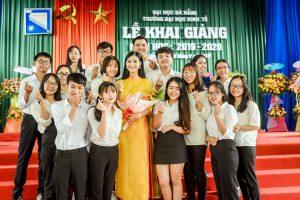 Á hậu Kiều Loan được thưởng lớn ngày về trường