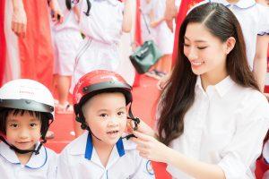 """Lương Thùy Linh trở thành đại sứ chiến dịch """" Đội mũ cho con trọn tình cha mẹ"""""""
