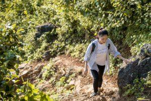 Hoa hậu Lương Thuỳ Linh mang 700 tấn vật liệu làm đường lên núi