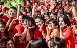 """Tiểu Vy """"bung xoã"""" hết cỡ, nhảy flashmob cùng hàng ngàn sinh viên Đà Nẵng"""