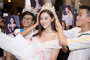 Tường San mua quà tặng fan, fan thích thú tặng lại vương miện