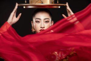 Hoa hậu Lương Thùy Linh trình diễn múa mâm trong đêm Chung kết Miss World