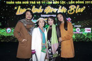 Mặc đường xa trời lạnh, mẹ đạo diễn Hoàng Nhật Nam vẫn tới ủng hộ con trai làm show
