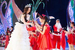 """Lương Thùy Linh hóa """"công chúa tuyết"""" phát quà giáng sinh cho các em nhỏ"""