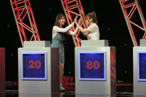 Chị em thân thiết Kha Ly và Tú Vi hợp tác, thẳng tay loại hai ông chồng khi chơi gameshow