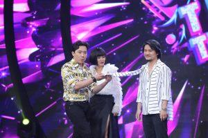 Đạo diễn Hoàng Nhật Nam ngượng ngùng khi bị Trấn Thành chọc ghẹo diện quần áo kiểu nữ sinh Hàn Quốc